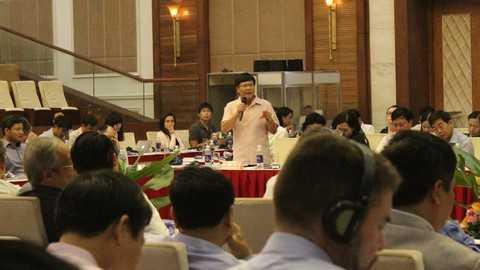 """Phân tích về nguyên nhân, nhiều diễn giả cho rằng, Việt Nam mới chỉ chú trọng trên bàn đàm phán nhằm """"tích cực hội nhập"""" với thành tích là ký được rất nhiều hiệp định thương mại, nhưng nội bộ trong nước không thực sự """"đổi mới"""", thậm chí thiếu quan tâm để có thể tận dụng những cơ hội mà hội nhập mang lại."""