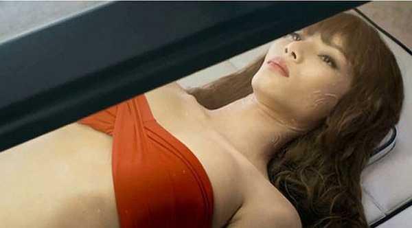 Dù xuất hiện rất ngắn trong vai một cô gái nằm trong lồng kính để chữa bệnh ung thư, song Bảo Hòa vẫn là một trong mỹ nhân Việt ít ỏi góp mặt tại bộ phim Hollywood