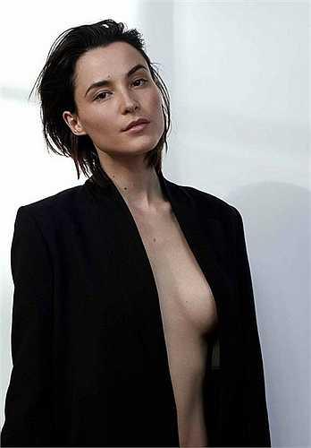 Với vẻ đẹp lai hài hòa, đặc biệt Loan Chabanol từng theo đuổi nghề người mẫu và có những thành tựu nhất định. Khoảng 5 năm nay cô chuyển hướng sang điện ảnh