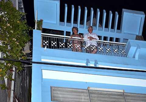 Sau khi trèo qua khoảng hở một mét giữa hai căn nhà, vợ chồng cụ Câu đứng trên tầng 4 nhà bên cạnh. Ảnh: Hải Thuận.