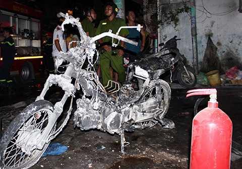 Một trong 4 xe máy bị cháy rụi. Ảnh: Hải Thuận.