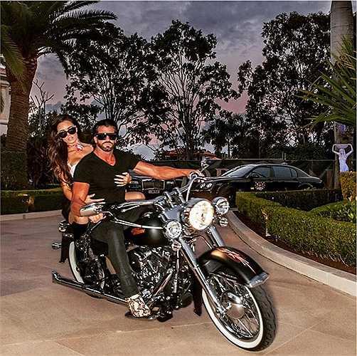 Những chiếc xe đạp và hotgirl luôn ở bên cạnh Beynon trong những hành trình ăn chơi