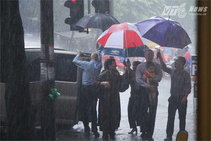 Đại sứ Mỹ Ted Osius cùng gia đình đội mưa đến Chùa Quán Sứ chiều 28/8