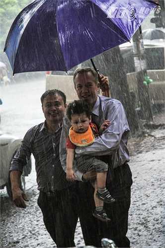Đại sứ và con đi mưa để vào chùa