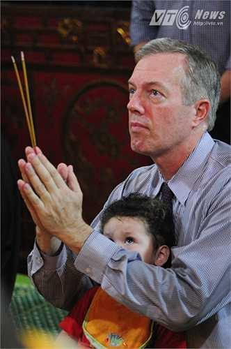 Đại sứ và con cùng lắng nghe kinh của các sư Chùa Quán Sứ