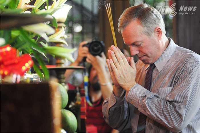 Thắp hương trên bàn thờ chính