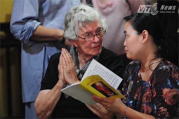 Mẹ của Đại sứ Ted Osius nghe các sư cầu kinh