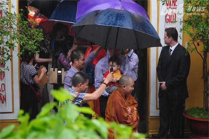 Gia đình Đại sứ vào chùa