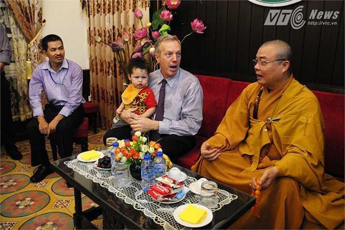 Đại sứ nói chuyện với các sư trong Chùa Quán Sứ