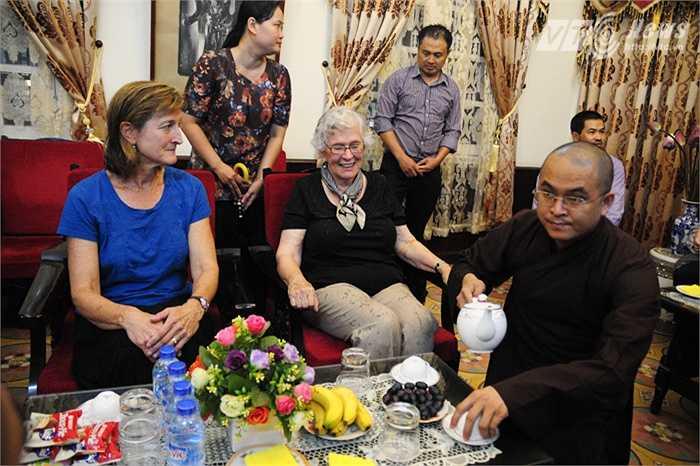 Mẹ của Đại sứ Ted Osius (áo đen) và chị gái của ông (áo xanh)