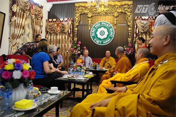 Cả gia đình nói chuyện với các sư Chùa Quán Sứ