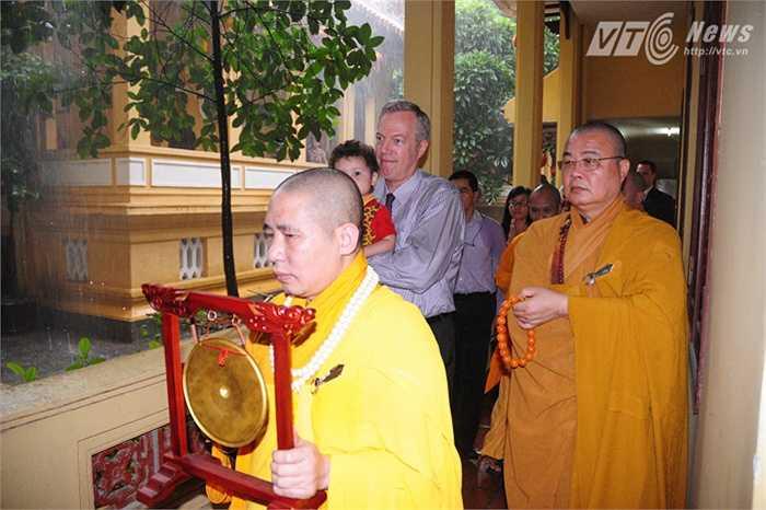 Đại sứ bế con theo các sư đến nơi làm lễ