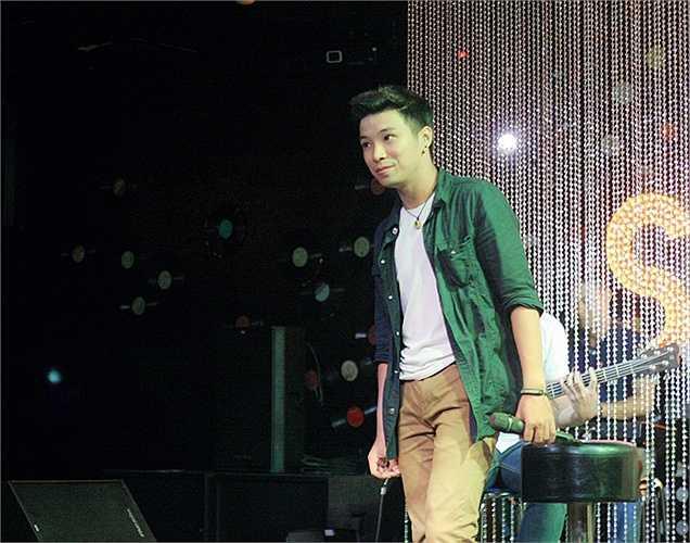 Quốc Khánh The Voice cũng được thầy Đàm giới thiệu trong đêm diễn. (Bài: Vũ Khanh. Ảnh: Minh Dũng, Vũ Khanh)