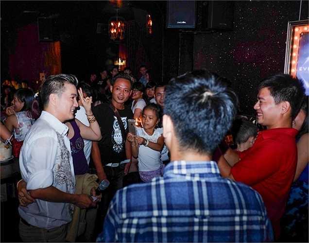 Ngay khi xuất hiện, Đàm Vĩnh Hưng đã bị vây kín bởi fans hâm mộ.