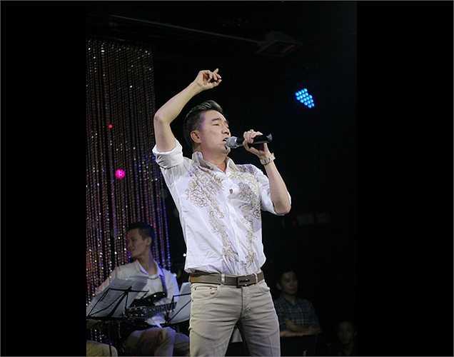Khi trình diễn ca khúc 'Về đâu mái tóc người thương', Đàm Vĩnh Hưng đã khéo léo chế lời bài hát thành: 'Đường phố muôn màu sao thiếu… Hưng' khiến cả khán phòng ồ lên thích thú.