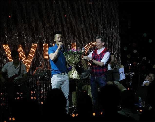 Quốc Huy The Voice 2013 cũng góp mặt và bất ngờ được Mr.Đàm tặng hoa mừng sinh nhật muộn. Quốc Huy xúc động cảm ơn người thầy đã hết mực quan tâm.