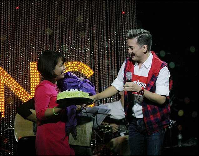Đêm nhạc diễn ra trùng với sinh nhật của một fan nữ có mặt tại phòng trà, cô gái này may mắn được Đàm Vĩnh Hưng tặng hoa, quà và bánh ngọt ngay trên sân khấu.