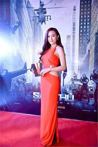 Kelly Nguyễn khoe vóc dáng nuột nà và vẻ sexy với đầm cắt eo táo bạo.