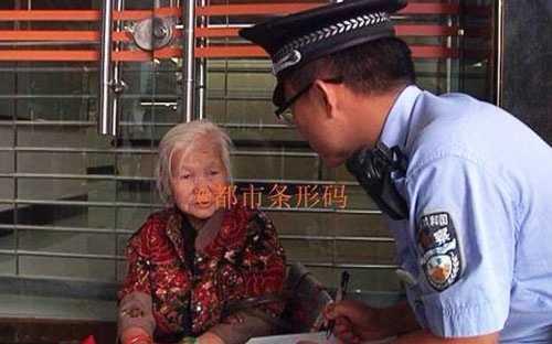 Cảnh sát đã được mời tới giải quyết, nhưng không có vụ bắt giữ nào vì bà cụ đã cao tuổi - Ảnh: SCMP.