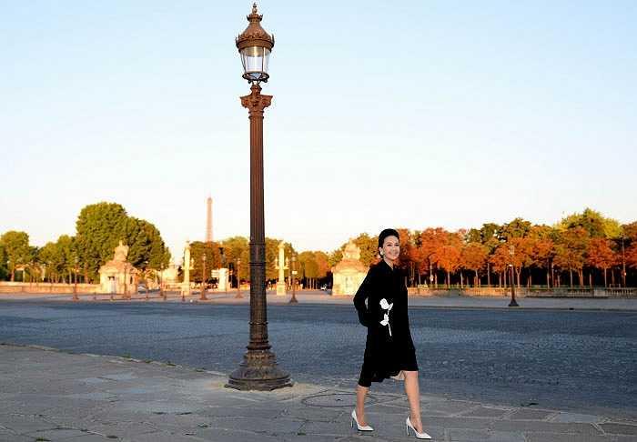 'Nữ hoàng ảnh lịch' Diễm My thanh lịch, nổi bật trên đường phố Paris (Pháp) khi có dịp tới du lịch ở kinh đô thời trang.