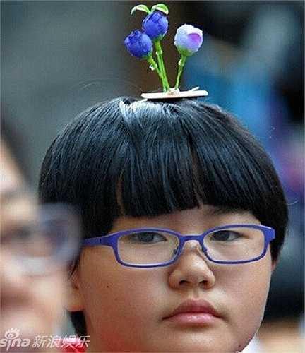 Một bạn nữ đeo hình bông hoa tím nổi bật trên đầu