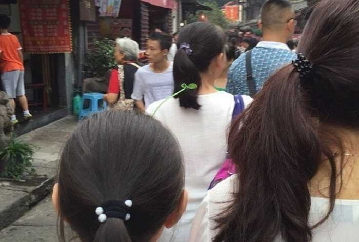 Từ các em nhỏ, các bạn nữ thậm chí là nam giới cũng 'chuộng' mốt 'trồng cây trên đầu' này