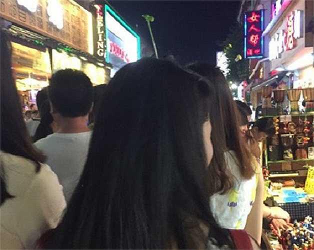 Trước đó, giới trẻ Trung Quốc còn có trào lưu vòng tay chạm rốn