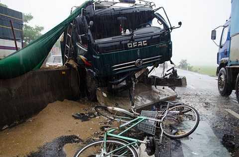 Phần đầu xe tải bị hư hỏng nặng - Ảnh: Tấn Lực