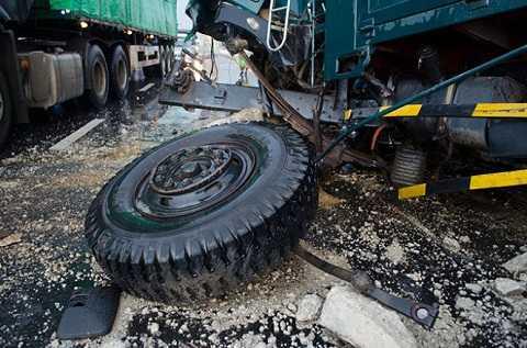Cú va chạm làm bánh xe tải rơi ra ngoài - Ảnh: Tấn Lực