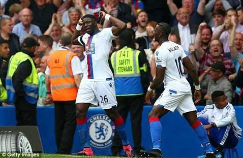 Sako ăn mừng bàn mở tỷ số vào lưới Chelsea