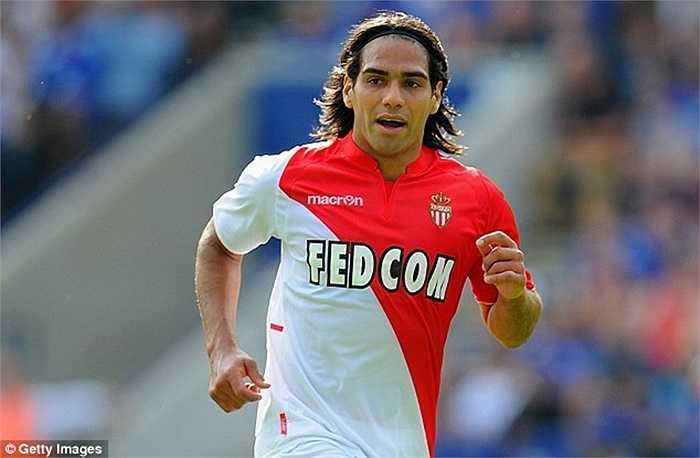 Falcao gia nhập AS Monaco hồi năm 2013 khi đang là 1 sát thủ hàng đầu với giá 52 triệu bảng. Đáng tiếc chấn thương đầu gối cực nặng khiến anh đánh mất phong độ ngay mùa đầu tiên