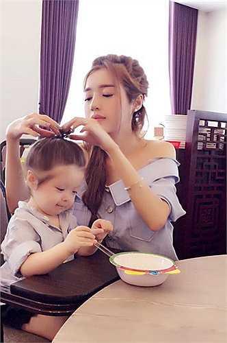 Elly Trần 'làm điệu' cho con gái Cadie Mộc Trà dễ thương khi cô bé đang chăm chú ăn.