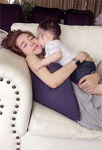 Nụ hôn ấm áp và đầy tình yêu thương bé Cadie dành cho mẹ.