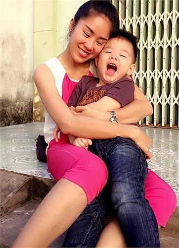 Lê Phương hạnh phúc khi luôn được ôm bé Cà Pháo trong lòng.