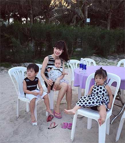 Hotgirl Minh Hà, vợ ca sĩ Lý Hải 'một nách' bên ba con.