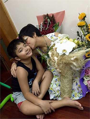 """Hotgirl Minh Hà, vợ ca sĩ Lý Hải """"một nách"""" bên ba con."""