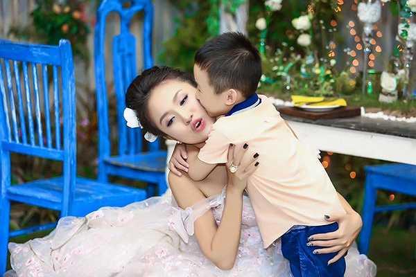 Niềm hạnh phúc của Thanh Vân Hugo khi được con trai cưng hôn má.
