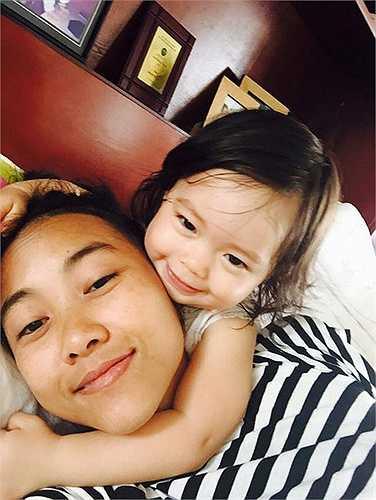 Ca sĩ Đoan Trang khoe ảnh tình cảm bên công chúa nhỏ.