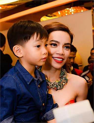 Hồ Ngọc Hà bên cậu con trai Subeo.