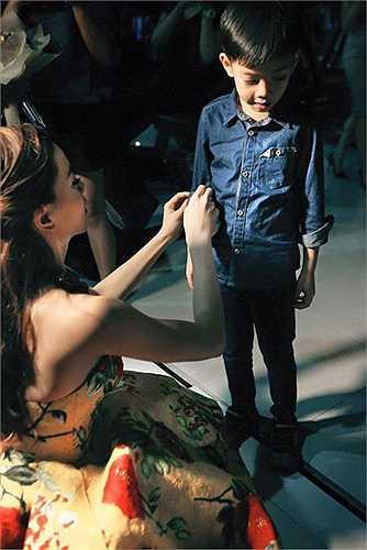 Dù rất bận rộn Hà Hồ vẫn chăm con rất chu đáo. Cô xắn tay áo giúp Subeo sau hậu trường biểu diễn.