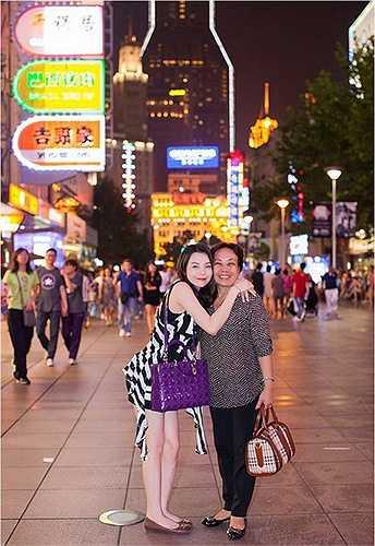 Bà ngoại và mẹ là hai người mà Trà Ngọc Hằng thương yêu nhất. Nữ ca sĩ xinh đẹp thường xuyên đưa mẹ cùng đi công tác nước ngoài và kết hợp du lịch.