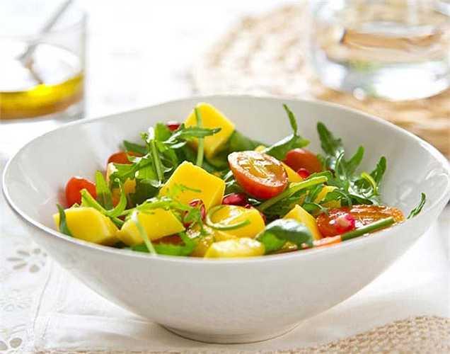 Chỉ ăn salad: Chế độ ăn trộn thành món salad để giúp bạn giảm cân. Nếu bạn muốn giảm cân, thì nên  thêm một ít protein trong salad, ví dụ thịt gà.