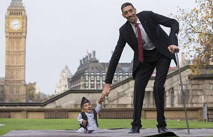 Ông Chandra Bahadur Dangi (Nepal) là người thấp nhất thế giới gặp người cao nhất là anh Sultan Kosen (Thổ Nhĩ Kỳ) vào ngày 13/11/2014