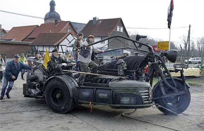 Mô hình chiếc xe 'quái vật' tại làng Zilly,đông Đức năm 2007