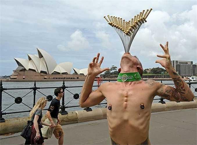 Nghệ sĩ đường phố nổi tiếng Chayne Hulgren nuốt 18 con dao găm cùng lúc trước Nhà hát Opera Sydney vào ngày 8/2/2010