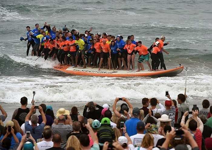 60 người lướt sóng trên một chiếc ván tại biển California, vào ngày 20/6/2015