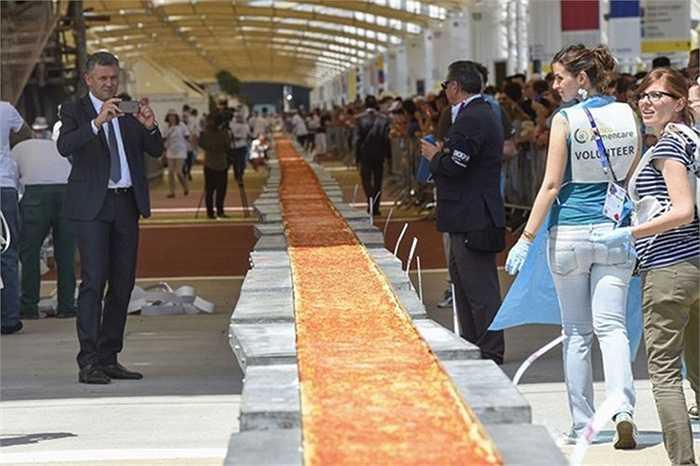 Pizza dài nhất thế giới, 1.600 m, tại triển lãm ở thành phố Milan, Italy