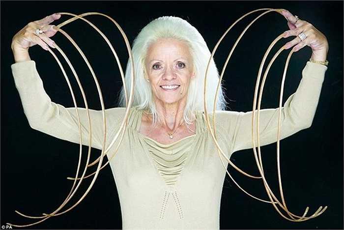 Bà Lee Redmond là người có bộ móng tay dài nhất thế giới (1 m)
