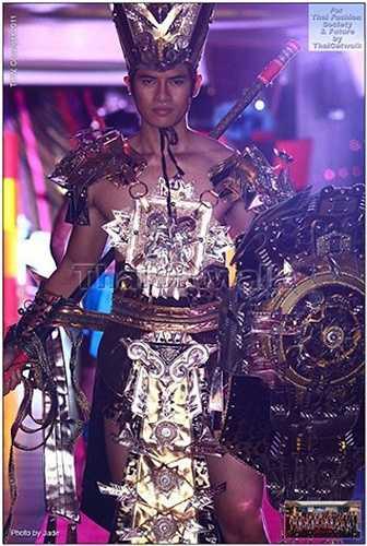 Cũng tại cuộc thi này năm 2011, Mister Vietnam 2010 Lê Khôi Nguyên đã giành giải phụ Á Vương 2 - Nam vương mặc trang phục truyền thống đẹp nhất trước khi đoạt ngôi Á Vương 3 chung cuộc.  (Trung Ngạn)