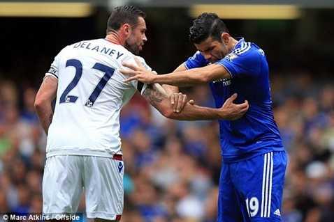 Diego Costa bị hậu vệ Crystal Palace kèm rất chặt